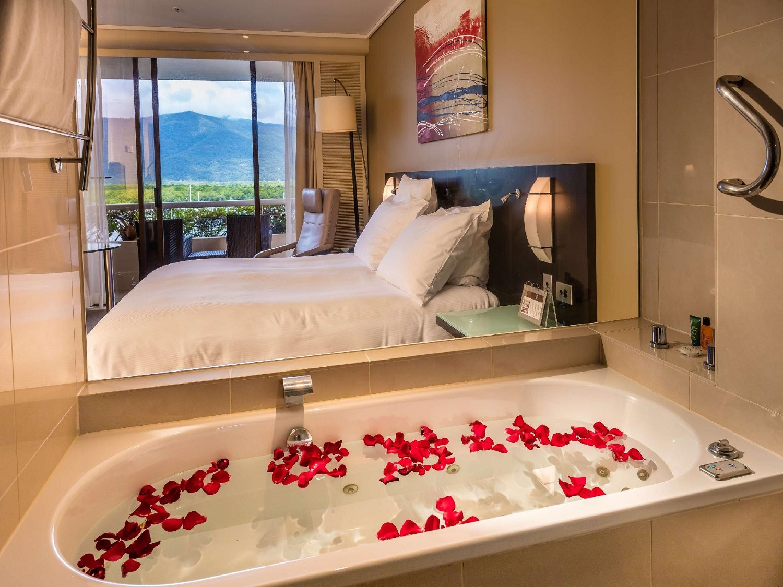 King Hilton Spa Room